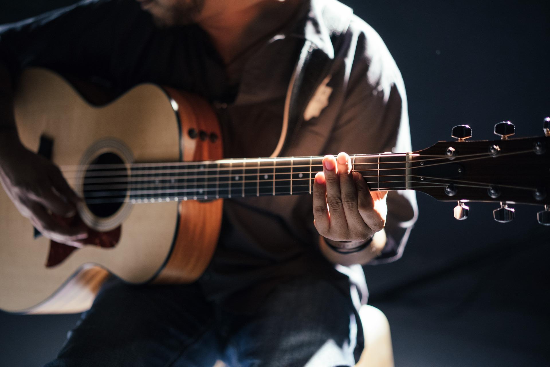 https://blog.dozmia.com/content/images/2017/11/beginner-acoustic-guitar.jpg